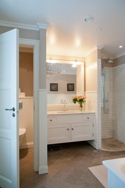 Badrum badrum kalksten : Fina badrum, återigen träpanel, kalksten och råa kopparrör ...